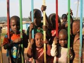 kids-at-fence